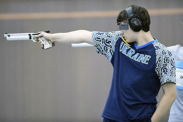 (140818) -- NANJING, Aug. 18, 2014  (Xinhua) -- Gold medalist Pavlo Korostylov of Ukraine competes during the men's 10m Air Pistol final of shooting event at the Nanjing 2014 Youth Olympic Games in Nanjing, east China's Jiangsu Province, August 18, 2014. Pavlo Korostylov won the gold with 203.4 points. (Xinhua/Han Yuqing) (lyq)